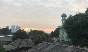 The breaking of dawn: pedestrian walkway between Lumpini & Benjakiti Parks