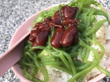 Chendol (Medan Selera Mutiara, Penang): creamy red beans, silky smooth pandan noodles, resting on shaved ice & coconut milk & gula melaka (brown sugar on speed)